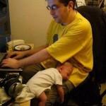 Ο μπαμπάς εργάζεται στο σπίτι με το μωρό