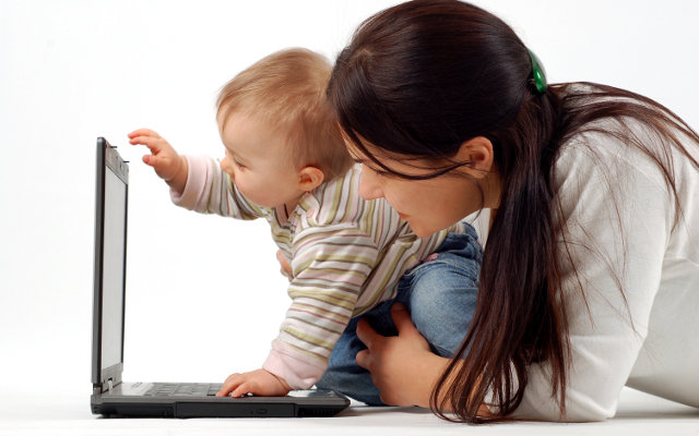 μητέρα εργάζεται στο σπίτι με μωρό